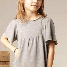 lässiges Girls-Shirt graumeliert +Biologisch+  Das Shirt ist aus graumelierter BioBaumwolle gefertigt. Die Ärmel sind weit geschnitten. Ein lässiges Shirt für Röcke und Hosen. Grössen: 98,104,110,116,122,128,134 Grössen: 140,146 (+5,-€) 97% Bio Baumwolle, 3%Elasthan (Gots) Das Shirt wird in meinem Atelier professionell mit viel Sorgfalt genäht. Es ist 6-9 Arbeitstage nach Zahlungseingang versandfertig. ++Karmakid ist Handmade in Holland++