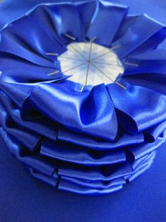 Instructions for making award rosettes with ribbon & fabric Más Fabric Rosette, Ribbon Rosettes, Diy Ribbon, Ribbon Crafts, Fabric Flowers, Blue Ribbon Award, Horse Ribbons, Fair Theme, American Heritage Girls