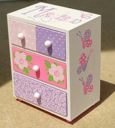 Flores color rosas y púrpuras es una mini cajonera es una diversión, cuatro cajones, mini pecho decorativo con mucha personalidad! Es perfecto para la celebración de todas las niñas pequeños tesoros! Fue inspirado por el papel de scrapbook! Usted puede tener esta caja si te gusta