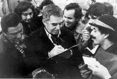 Nuestro Premio Nobel.-Después de su graduación en 1947, García Márquez permaneció en Bogotá para estudiar derecho en la Universidad Nacional de Colombia, donde tuvo especial dedicación a la lectura. La metamorfosis de Franz Kafka «en la falsa traducción de Jorge Luis Borges».