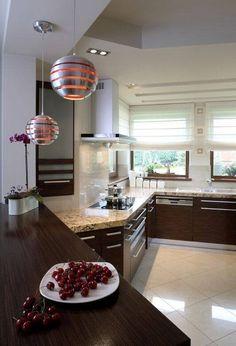 Кухня преображена за счет красивых деревянных столешниц.