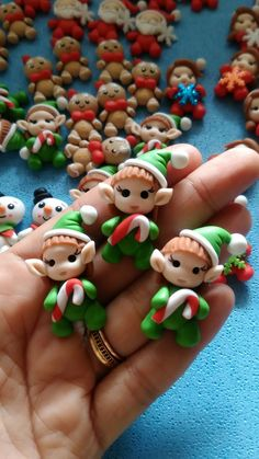 Apliques de Natal, duende Polymer Clay Ornaments, Fimo Clay, Polymer Clay Projects, Polymer Clay Charms, Polymer Clay Creations, Clay Crafts, Kids Christmas Ornaments, Polymer Clay Christmas, Christmas Crafts
