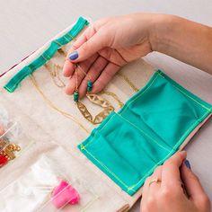 Trendy Jewerly Organizer Travel Diy How To Make Ideas Travel Jewelry Organizer, Jewelry Organization, Diy Jewelry Travel Case, Bracelet Organizer, Jewelry Case, Jewelry Stand, Jewelry Holder, Jewelry Box, Jewelry Armoire
