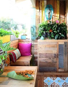 Peruse these totally genius patio hacks for renters (it's all about the pallets!). #DIY