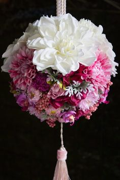和装のボールブーケは造花ブーケがおすすめ Kissing Ball, Japanese Wedding, Style Japonais, Japanese Flowers, Map Art, Flower Art, Wedding Bouquets, Flower Arrangements, Floral Wreath