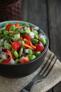Edamame Salad with Ginger Vinaigrette. Salad has edamame, red onion, bell pepper, carrots, cilantro and red pepper flakes. Whole Food Recipes, Great Recipes, Favorite Recipes, Salad Bar, Soup And Salad, Side Salad, Edamame Salad, Caprese Salad, Clean Eating