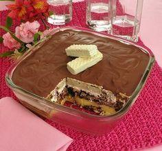 pavê de Bis® branco e ao leite, gelado, travessa transparente, cobertura de chocolate, fundo rosa