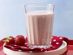 Erdbeer-Trinkmüsli | 10 reife #Erdbeeren (ca. 150 g) 2 EL #Joghurt (1,5 % Fett; ca. 40 g) 150 ml #Milch (1,5 % Fett) ½ TL #Vanillezucker 2 EL #Haferflocken (instant; ca. 20 g) ➽ superlecker, Dessert-Qualität