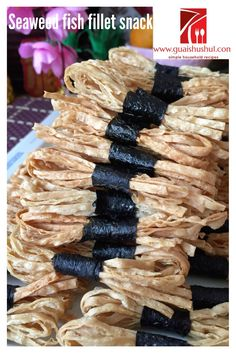 Chinese New Year Recipe : Crispy Seaweed Crackers (酥炸紫菜饼) - Guai Shu Shu New Year's Snacks, Fish Snacks, Packaging Snack, Food Packaging Design, Crispy Seaweed, Chinese New Year Cookies, Snack Recipes, Cooking Recipes, Cake Recipes