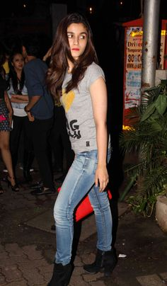Alia Bhatt spotted enjoying a casual night out in suburban Bandra. Bollywood Outfits, Bollywood Fashion, Bollywood Celebrities, Bollywood Actress, Alia Bhatt Photoshoot, Alia Bhatt Cute, Alia And Varun, Stunning Brunette, Casual Night Out