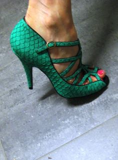 Emerald green shoe. Wow, these are perfect. I want a pair.