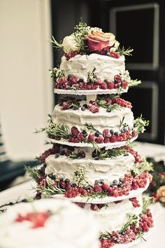 21 Rustic Berry Wedding Cake Inspirations for Your Big Day - dream wedding - Cake-Kuchen-Gateau Berry Wedding Cake, Floral Wedding Cakes, Wedding Cake Designs, Cake Wedding, Wedding Cake Vintage, Winter Wedding Cakes, Winter Weddings, Wedding Rustic, Winter Cakes