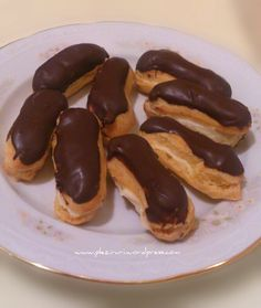 Mini eclere cu crema de vanilie si glazura de ciocolata Real Food Recipes, Dessert Recipes, Cooking Recipes, Desserts, Delicious Deserts, Delicious Recipes, Good Food, Yummy Food, Eclairs