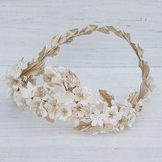 Corona de flores y pistilos de porcelana