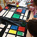 Matériel: Papier Canson A3, bandes prédécoupées de papier noir, peintures noir, bleu, vert, rouge, jaune. Colle bâton. ...