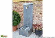 Votre fontaine en Zinc XL est fabriqué de façon artisanale en France. La Fontaine Haut de gamme en Zinc lisse dispose d'un grand réservoir de 20 cm de haut. La fontaine en zinc est équipé d'un robinet en laiton ou en étain, disponible dans vos options. ... (suite)