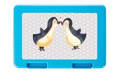 Brotdose Pinguin Liebe aus Premium Kunststoff  schwarz - Das Original von Mr. & Mrs. Panda.  Diese wunderschöne Brotdose von Mr. & Mrs. Panda ist wirklich etwas ganz Besonderes - sie ist stabil, sehr hochwertig und mit einer exklusiven und schimmernden bedruckten Aluminiumplatte  ausgestattet.    Über unser Motiv Pinguin Liebe  Das Gefühl verliebt zu sein und seinen Verbündeten gefunden zu haben ist unbezahlbar. Die verliebten Pinguin überbringen für dich eine ganz zauberhafte Botschaft…