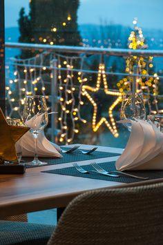 Dinieren und Geniessen hoch über den Lichtern der Stadt... Restaurant, Fine Dining, Table Decorations, Furniture, Home Decor, Red Carpet, Food Menu, City, Decoration Home