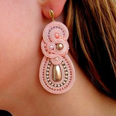 Aurus -- I think this is made with soutache or gimpe, but not sure. Soutache Necklace, Beaded Earrings, Beaded Jewelry, Tutorial Soutache, Earring Trends, Homemade Jewelry, Fabric Jewelry, How To Make Beads, Wire Wrapped Jewelry