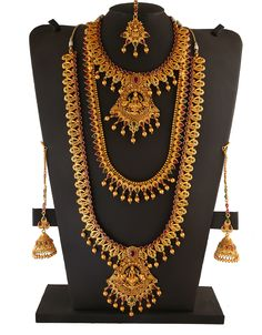 Searching for designer bridal jewellery? We offer an exclusive collection of Indian jewellery set for wedding and fancy Dulhan set at lowest price in India. Gold Temple Jewellery, Silver Jewellery Indian, Gold Jewelry, Indian Bridal Jewelry Sets, Bridal Jewellery, Bridal Necklace Set, Gold Necklace, Wedding Jewellery Designs, Engagement Hairstyles