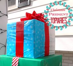 How To Make An Outdoor Christmas Present Topiary - DIY outdoor christmas decorations – how to make Christmas Present Topiaries – so easy (uses pla - Christmas Present Yard Decorations, Outdoor Christmas Presents, Christmas Topiary, Christmas Yard, All Things Christmas, Christmas Ideas, Outdoor Decorations, Diy Decoration, Rustic Christmas