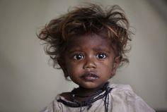 PHOTO: AKHTAR SOOMRO, REUTERS  L'ONU a chiffré à 357 millions de dollars les besoins d'aide d'urgence des Pakistanais. Ci-dessus, un bambin réfugié dans un camp de Badin, dans le Sind, laisse couler une larme sur sa joue.