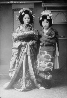 Japanese School Girl Costume 2 Geisha Girls Vintage Japanese Photo Postcards - This photo of two Japanese Geisha Girls is more than 100 years old. Japanese Gifts, Vintage Japanese, Japanese Beauty, Asian Beauty, Vintage Photographs, Vintage Photos, Antique Photos, Kabuki Costume, Maneki Neko