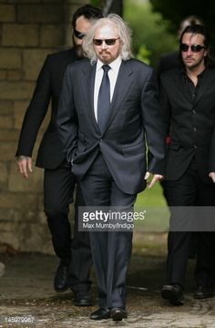 Nachrichtenfoto : Barry Gibb attends the funeral of his brother...
