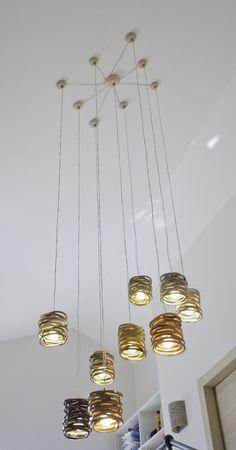 מנורה תלויה המורכבת מטבעות  קרמיקה דקות בצבעי חומר שונים הניתנים לבחירה. המחיר המצוין הוא ליחידה.