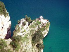 Para llegar al Faro del Caballo (Cantabria) hace falta descender (y luego subir) casi 700 escalones. El faro está en el acantilado del monte Buciero, a la entrada de la ría de Santoña y se desactivó en 1993...