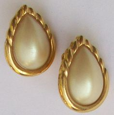 A pair of faux pearl cabochons in gold tone clip on earrings Textured gold tone to the reverse Measurement the earrings are approximately 23 mm Vintage Wedding Jewelry, Gold Texture, Clip On Earrings, Jewellery, Pearls, Jewels, Jewelry Shop, Schmuck, Beads