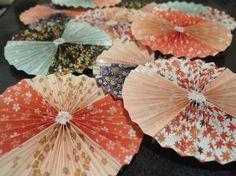 いろんな方作り方をアップされてるので、需要はないかもですが(笑)記録用に残したいと思います~♪【材料】・あさひも・和柄折り紙・グルーガン・グルースティック... Paper Fan Decorations, Chinese New Year Decorations, New Years Decorations, Stage Decorations, Hobbies And Crafts, Diy And Crafts, Paper Crafts, Asian Party, Honeycomb Paper