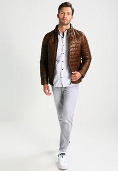 ¡Consigue este tipo de chaqueta de cuero de Oakwood ahora! Haz clic para ver los detalles. Envíos gratis a toda España. Oakwood FOOTLOOSE Chaqueta de cuero cognac: Oakwood FOOTLOOSE Chaqueta de cuero cognac Ropa   | Material exterior: 100% cuero | Ropa ¡Haz tu pedido   y disfruta de gastos de enví-o gratuitos! (chaqueta de cuero, leather, suede, suedette, faux leather, polipiel, biker, ante, de cuero, lederjacke, chaqueta de cuero, veste en cuir, giacca in cuio)