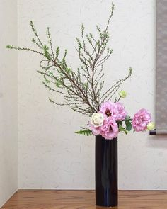 "Kayoko Kondo on Instagram: ""先日の有松での英語でいけばなレッスンは基本傾真型 投入でした。 花材: ユキヤナギ、トルコキキョウ、タマシダ Materials: Spirea thunbergii, Eustoma, Nephrolepis cordifolia #ikebanaworkshop…"" Ikebana Flower Arrangement, Flower Arrangements, Art Floral, Floral Design, Cylinder Vase, Ranunculus, Floral Centerpieces, Center Pieces, Dahlia"