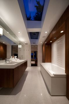 Está buscando ideias para redecorar o seu banheiro? Quem sabe é uma casa nova e você vai construir um do zero? Se aquilo que é moderno é do seu agrado, a seleção de banheiros a seguir, que traz o trabalho de alguns gênios da arquitetura e decoração, é o tipo de inspiração que você precisa. E se você não pensa em reformar ou redecorar o seu banheiro, também é sempre legal admirar belos projetos. Alguns banheiros são simplesmente lindos e outros trabalham conceitos que desafiam o status quo…