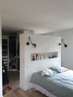At my friend's house - ideas - Wood Decora la Maison Bedroom Divider, Home Decor Bedroom, Bed In Middle Of Room, Wardrobe Behind Bed, Modern Tiny House, Master Bedroom Closet, Bedroom Layouts, Drywall, Headboards For Beds