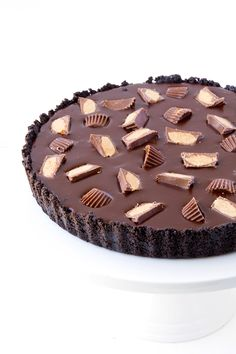 When three loves collide  Peanut butter, chocolate and Oreos join together to create THE most  irresistible no bake chocolate peanut butter tart. (You are welcome).  Be prepared for a buttery Oreo crust, made with crushed Oreo cookies, a  creamy peanut butter filling and a glossy dark chocola