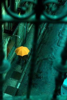 パリの街を彩る幸福の黄色い傘