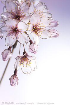 - Kanzashi Sakae - 2017 桜 簪【 桜雲 】Cherry Blossom - Photo by Jun Nakamura - Wire Flowers, Plastic Flowers, Butterfly Flowers, Flowers In Hair, Wire Crafts, Resin Crafts, Resin Jewelry, Hair Jewelry, Flower Crafts