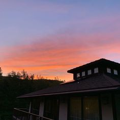 Sunsets love them Sunset Love, Bed And Breakfast, Vacation Spots, Sunsets, Goodies, Clouds, House, Outdoor, Instagram