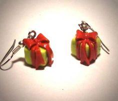 Ohrringe und Ohrstecker im Onlineshop - Verrückte Ohrringe und Schmuck Welt  - Ohrringe Geschenk grün rot mit Schleife handgemacht Edelstahl Fimo Neuware