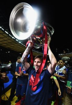 Lionel Messi Photos - Lionel Messi of Barcelona celebrates with the trophy after the UEFA Champions League Final between Juventus and FC Barcelona at Olympiastadion on June 2015 in Berlin, Germany. - Juventus v FC Barcelona - UEFA Champions League Final Fc Barcelona, Shelly Ann Fraser, Messi Photos, La Champions League, Soccer Stars, Neymar Jr, Best Player, Lionel Messi, Football Players