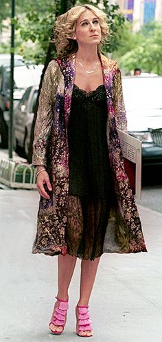 Sarah Jessica Parker as Carrie Bradshaw Carrie Bradshaw Outfits, Estilo Carrie Bradshaw, Carrie Bradshaw Hair, Sarah Jessica Parker, Fashion Tv, City Fashion, Tie Dye Coats, Silk Coat, City Outfits