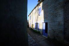 Côté rue - Dordogne - Maison en pierre - Volets bleu