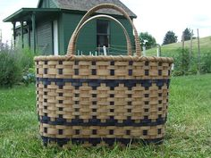 A big, fun, comfortable basket to carry. It will easily hold a double bed size quilt. It also makes a geat market or grocery store green tote. Weaving Art, Hand Weaving, Old Baskets, Woven Baskets, Vintage Baskets, Basket Weaving Patterns, Bountiful Baskets, Shopper Tote, Bags