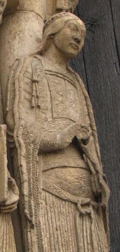 Sculptures on the exterior of the Cathedral of Notre-Dame de Chartres. Detail of woman wearing a bliaut gironé and a knotted ceinture or cincture (belt, girdle)  1130-1160.