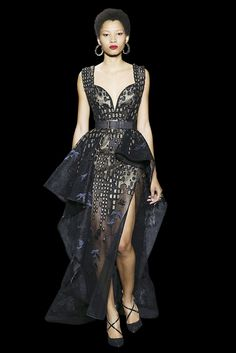Long split dress in lace and guipure, sweetheart neckline and large strap, asymetric basque, «New York Skyline» and birds embellished with golden silk threads, and sequins.