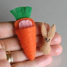 Tiny bunny miniature felt stuffed animal plushie playset with carrot bed - Bunny rabbit brown felt plush miniature in carrot bed play set - Felt Crafts, Easter Crafts, Crafts For Kids, Tiny Bunny, Bunny Rabbit, Bunny Beds, Diy Ostern, Bunny Plush, Felt Bunny