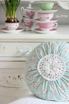 4 Clever Clever Tips: Shabby Chic Pattern Paper shabby chic mirror girly.Shabby Chic Wall Decor House shabby chic bedding for girls. Shabby Chic Stoff, Tela Shabby Chic, Camas Shabby Chic, Shabby Chic Pillows, Shabby Chic Fabric, Shabby Chic Crafts, Shabby Chic Living Room, Shabby Chic Interiors, Chic Bedding