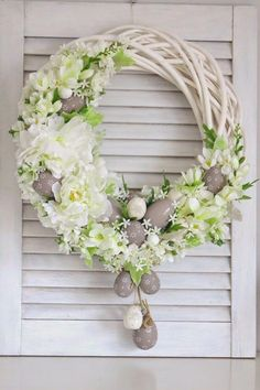 Easter home decoration ideas to make your happy 10 – Ximplah Update Easter Flower Arrangements, Floral Arrangements, Easter Centerpiece, Easter Flowers, Easter Wreaths, Christmas Wreaths, Spring Wreaths, Easter Egg Crafts, Easter Eggs